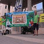 פעילי גרינפיס במחאה נגד תכנית משרד האנרגיה לייצוא גז