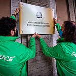 Recovery Plan, attivisti di Greenpeace cambiano i nomi dei ministeri: «Il PNRR del Governo Draghi è una Finzione Ecologica»