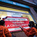 Greenpeace e Recommon in azione contro Intesa Sanpaolo: «E' la banca italiana che più alimenta l'emergenza climatica»