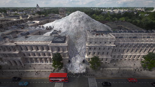 """Plastica, Boris Johnson travolto da una montagna di rifiuti nel nuovo spot """"Wasteminster"""" di Greenpeace sulla plastica europea spedita all'estero"""