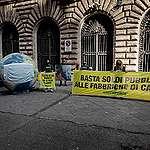 Greenpeace in azione davanti al MIPAAF: «Basta soldi pubblici alle fabbriche di carne». Il ministro Patuanelli: «Serve una transizione del settore zootecnico»