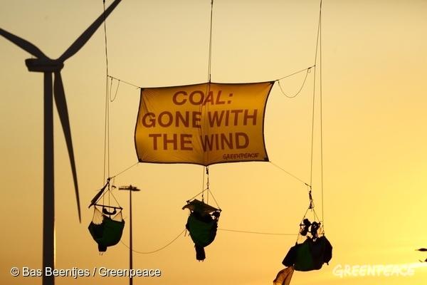 「石炭は風と共に去りぬ」と掲げ、石炭積載船を止めようとするグリーンピースのアクション 2016年 オランダ