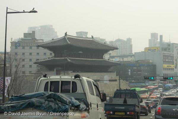 서울 초미세먼지 관측 이래 사상 최고치를 기록한 3월 5일 서울 광화문 앞을 달리는 자동차들