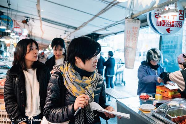 지난 4월 10일 그린피스 '착한 가게 원정대'가 서울에서 일회용 플라스틱 소비 없이 장을 볼 수 있는 가게를 찾고 있다