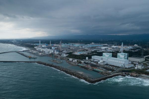 그린피스가 지난해 10월17일 공중 촬영한 후쿠시마 원전 전경. 사진 왼쪽(남쪽)에 후쿠시마 원자로 1~4호기가 있고 오른쪽(북쪽)에 5~6호기가 자리한다. 서쪽과 남쪽에 자리한 후타바와 오쿠마 마을은 접근과 거주가 제한됐다. 사진 뒤쪽으로 푸른색 구조물처럼 보이는 방사성 오염수 저장탱크 944개가 줄지어 늘어서 있다