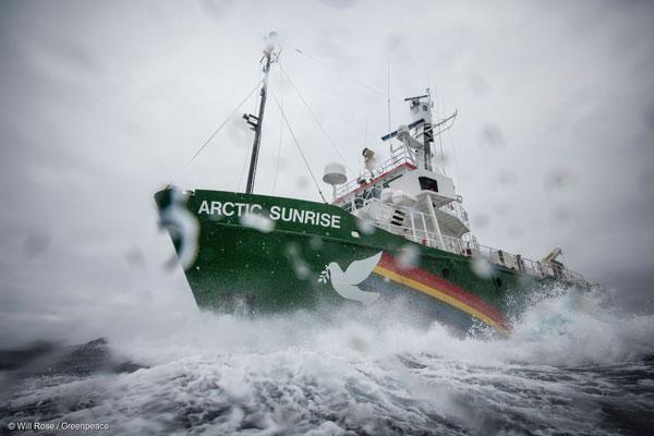남극해를 탐사 중인 그린피스의 환경감시선인 '아틱 선라이즈'호. 아틱 선라이즈 호는 남극 웨델해의 보호구역 지정의 필요성을 제기하기 위해 남극 내 기후변화, 남획과 오염 등을 과학적으로 조사하는 중이다