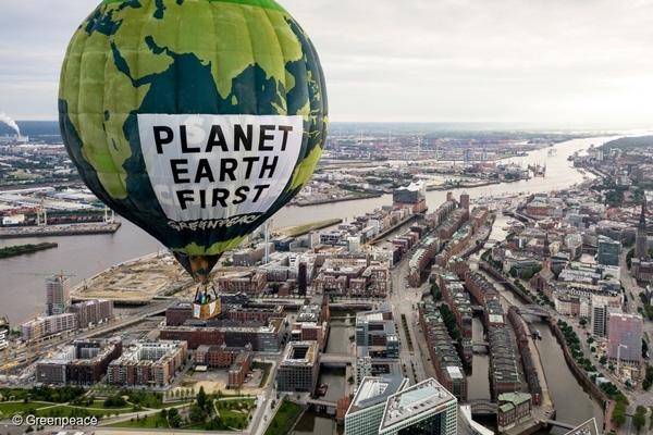 그린피스 활동가들이 지난해 G20 정상 회의가 열린 독일 함부르크 상공에서 '지구를 먼저 생각하라'는 메시지를 띄우고 있다