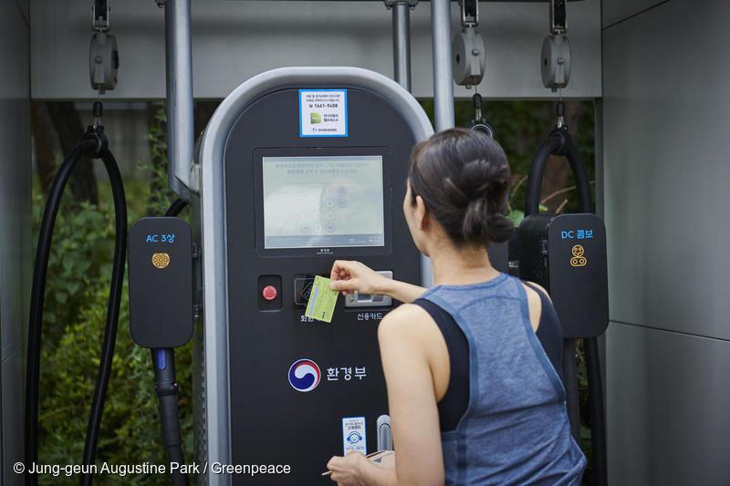 환경부가 발급하는 전기차 충전 카드로 모든 공용 충전기를 사용할 수 있어 편리한 충전이 가능하다. 전기차 충전 카드는 전기차 출고 전에 미리 신청할 수 있다