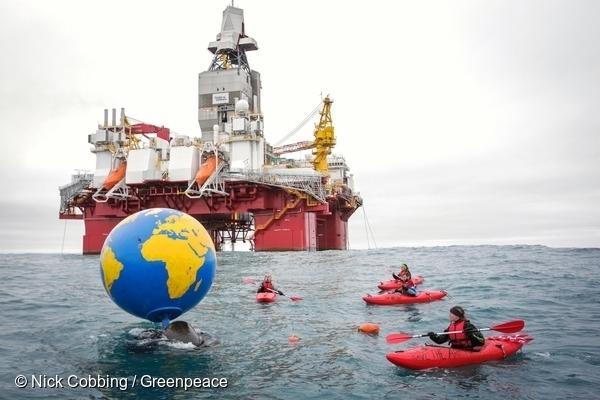 이 지구본에는 노르웨이 정부에 북극 석유 시추 중단을 요구하는 전 세계 시민들의 메시지가 담긴 성명서가 붙여져 있었습니다. Globe with messages from people around the world urging the Norwegian government to end its Arctic oil expansion. 17 Aug, 2017 © Nick Cobbing / Greenpeace