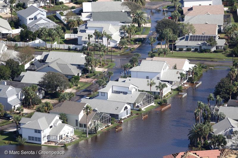 지난 10월 태풍 매튜로 인해 물에 잠긴 미국 플로리다의 한 주택가