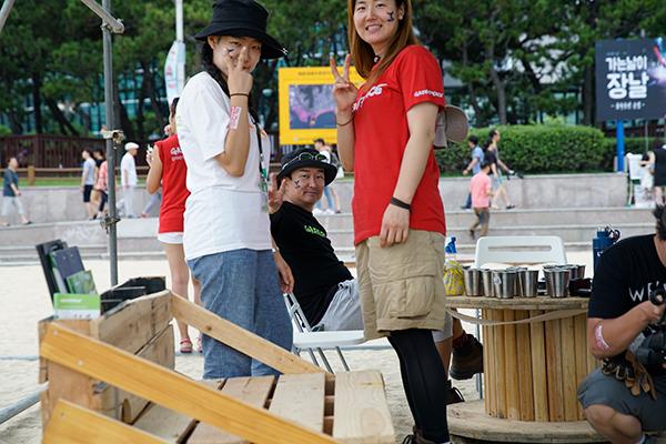 성공적인 이벤트 진행의 주역인 활동가와 자원봉사자들