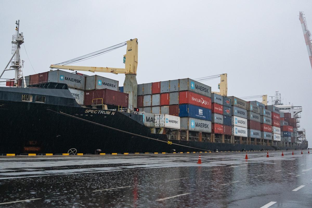 작년 10월 한국에서 필리핀으로 수출된 불법 플라스틱 쓰레기 1400톤을 실은 선박 '스펙트럼 N(SPECTRUM N)' 호가 아침 6시반 평택항에 들어왔다.