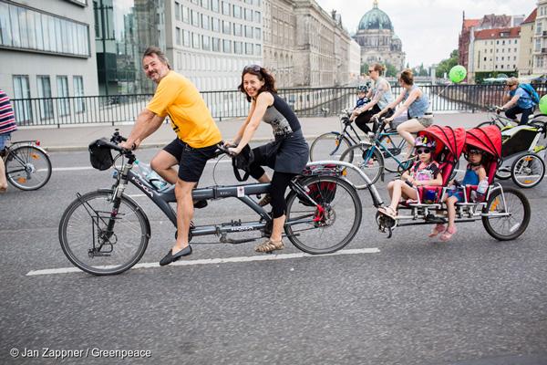 독일 베를린에서 자전거를 타고 있는 가족