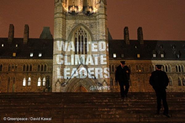 그린피스 활동가들이 캐나다 오타와 국회의사당에 '기후 리더십(Climate Leaders)'을 요구하는 메시지를 투사하고 있다
