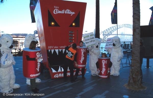 시드니 올림픽 스폰서였던 Coca-Cola의 냉장고에 HFCs 사용을 반대하는 캠페인. 2000 년 6 월 14 일