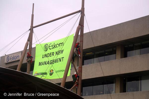 2012년 에스콤 건물에서 석탄발전에서 벗어나 깨끗한 에너지로 전환할 것을 요구하고 있는 그린피스 외 3개 단체 활동가들