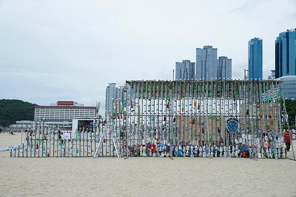 해운대 해수욕장 해변에 나타난 플라스틱 고래 설치 조형물