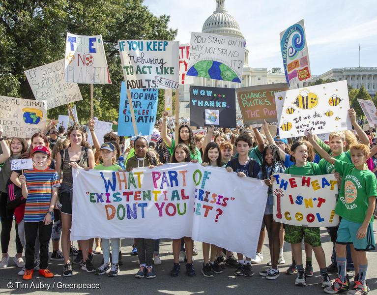 미국 전역의 시민들이 집, 직장, 학교를 나서 청소년들이 주도한 글로벌 기후시위에 참여하고 있다.