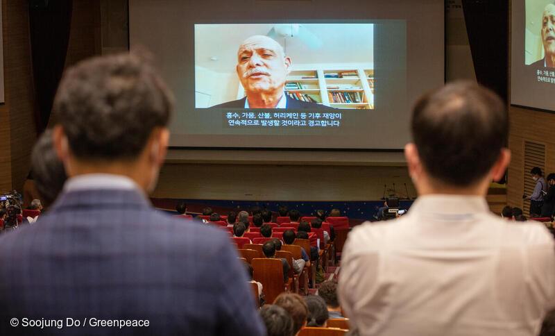 경제학자이자 미래학자로 유명한 제러미 리프킨이 지난 10일 열린 그린뉴딜 국회 토론회에서 비디오 화면을 통해 기조연설을 하고 있다.