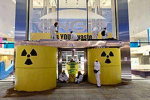 Une vingtaine d'activistes de Greenpeace Belgique ont bloqué l'entrée principale du siège d'Engie Electrabel