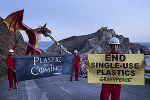 Aktion: Greenpeace installiert einen riesigen Drachen in Dragonstone