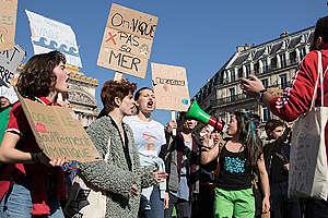 Le 22 février 2019, des milliers d'étudiants et de lycéens ont défilé pour le climat à Paris. Ils demandaient une politique climatique plus ambitieuse. La jeune Suédoise Greta Thunberg était présente à cette marche afin d'attirer l'attention sur le changement climatique.