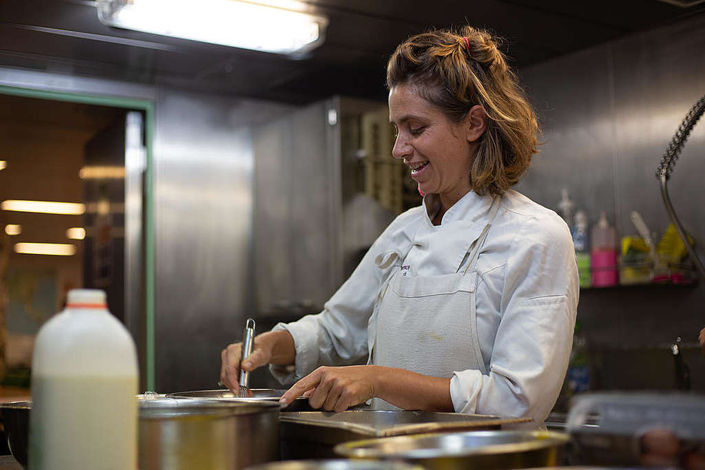Une cuisinière sur le navire Rainbow Warrior