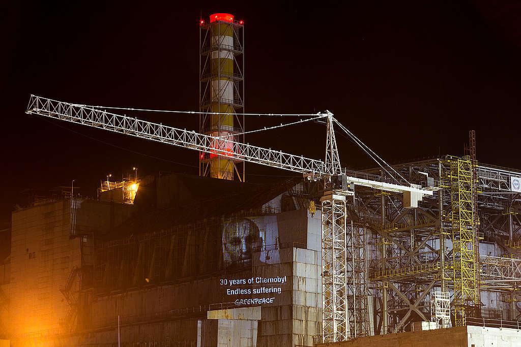 Greenpeace a marqué le 30e anniversaire de l'accident de Tchernobyl en projetant des messages de soutien aux survivants sur le sarcophage du réacteur endommagé.