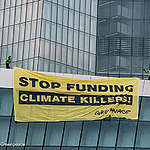 Aktivisten landen mit Gleitschirmen auf der EZB, um Unterstützung für fossile Brennstoffe zu entlarven