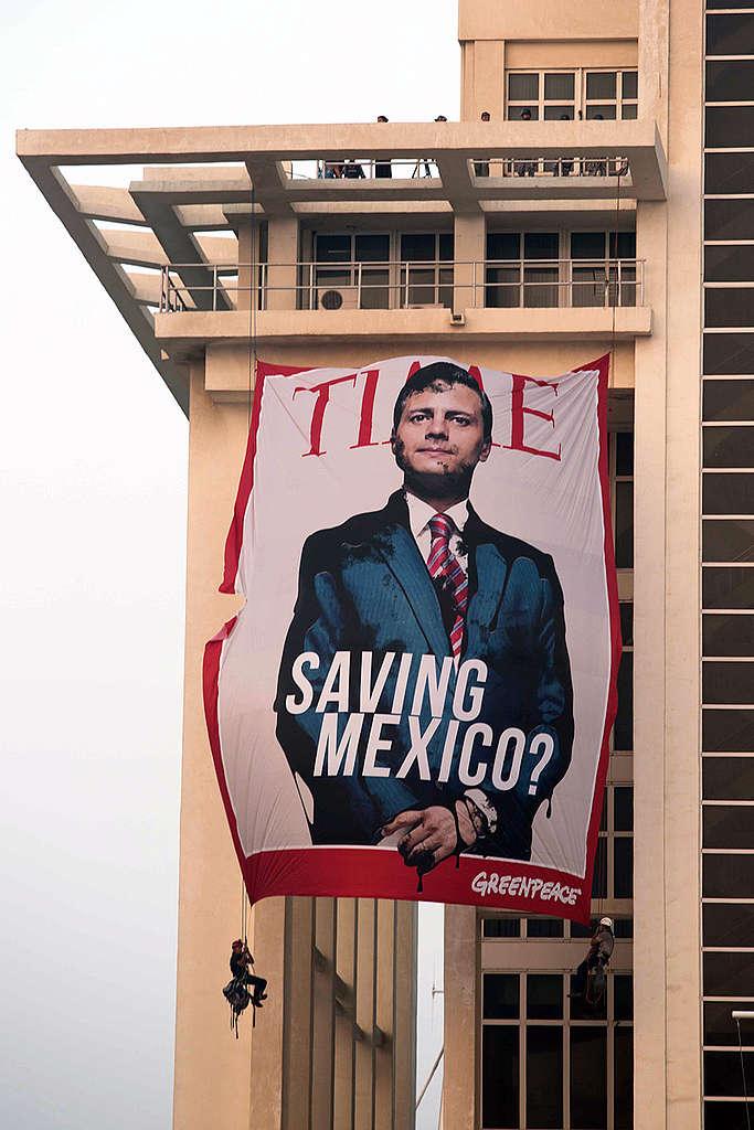 Activistas de Greenpeace protestan contra la Reforma Energética desde el edificio de PEMEX en Veracruz.