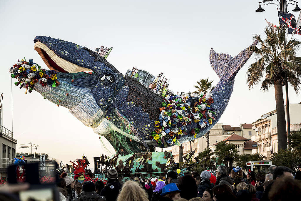 Ballena gigante ahogándose con plásticos en el carnaval de Italia© Francesco Alesi / Greenpeace