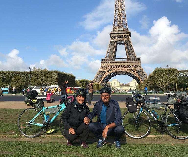 Rosina y su pareja de viaje por Paris en sus bicicletas