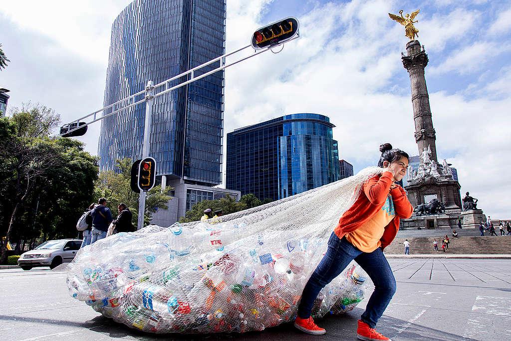 El consumismo en México ha propiciado un aumento de problemas ambientales. En promedio al año, cada habitante ocupa 48 kilos de plástico. © Argelia Zacatzi / Greenpeace.