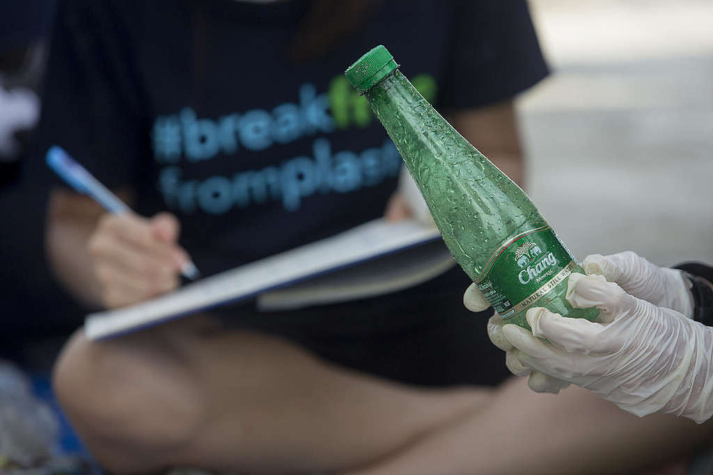 Auditoría de marca realizada por voluntarios de Greenpeace © Chanklang  Kanthong / Greenpeace