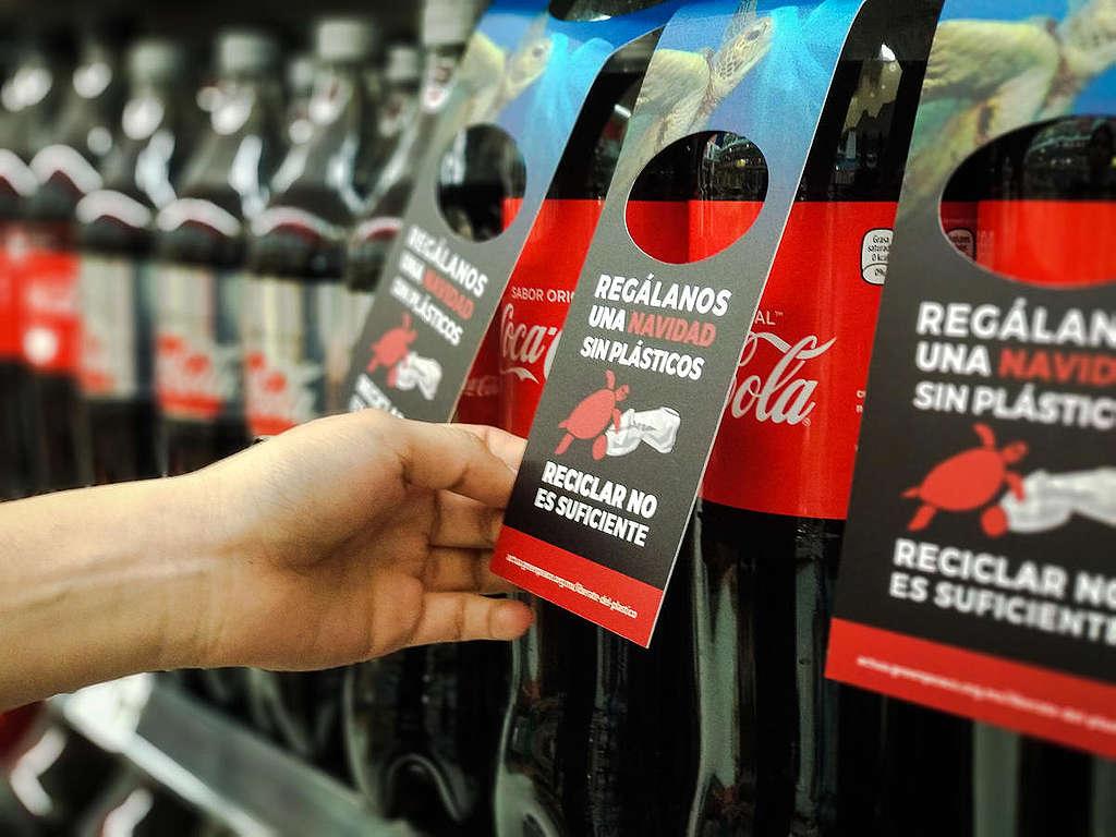 Pregúntate antes de comprar, ¿qué tan necesario es esto?  Reduce tu consumo y desechos en estas fiestas decembrinas. © Greenpeace.