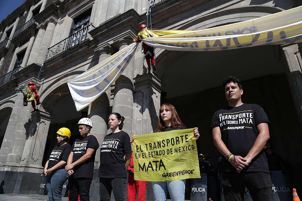 Manifestantes a las afueras del Palacio de Gobierno exigiendo mejor transporte público..
