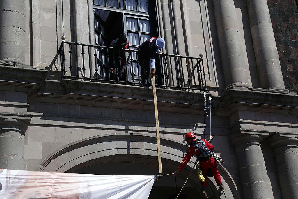 Personal del Palacio de Gobierno intentaron cortar la manta en repetidas ocasiones.