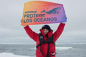 Adriana López manifestándose desde la expedición en el Ártico por la protección de nuestros océanos