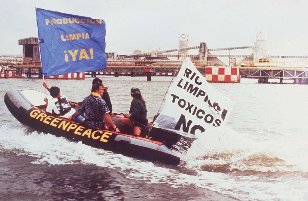 Greenpeace realiza la ruta del petróleo en Pajaritos, Veracruz.