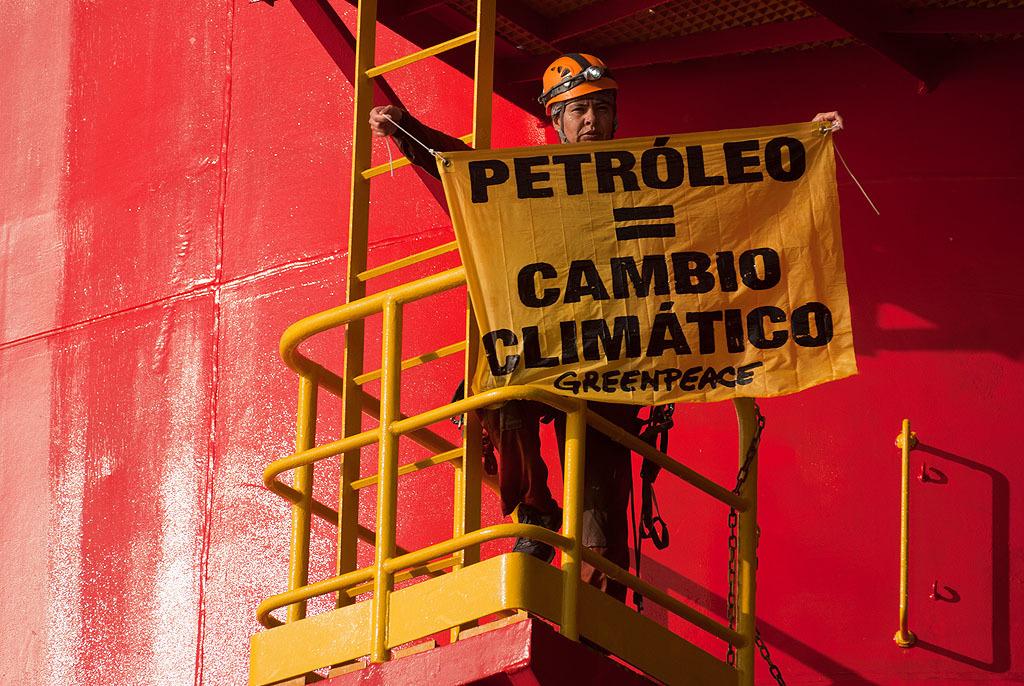 Activistas de Greenpeace para protestar contra el petróleo desde la plataforma Centenario. México 2010.