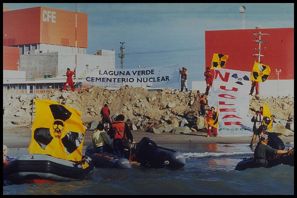 Acción de Greenpeace contra la energía nuclear en Laguna Verde. México, 1996.