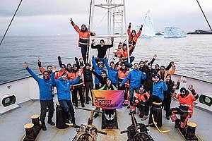 Crew de Greenpeace protegiendo el océano