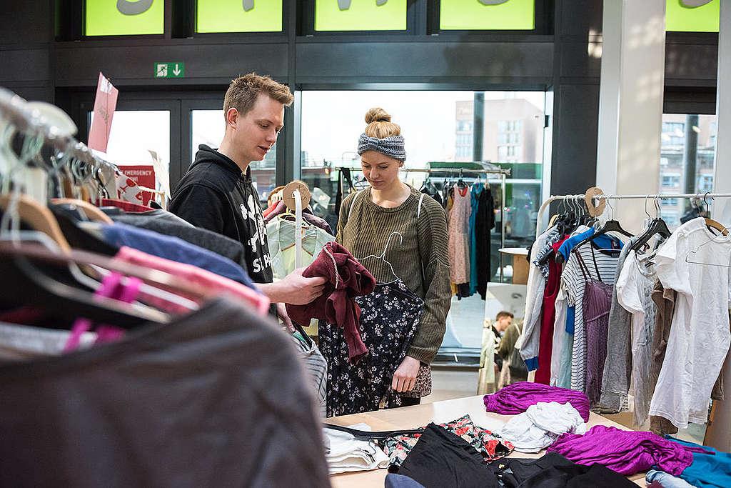 La ropa también puede ser un divertido proyecto DIY, como lo hemos hecho en MAKE SMTHNG Week. ¡Repara o personaliza y dale un nuevo aire a esas prendas que aún pueden usarse!