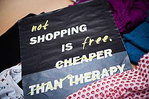El DIY también es una respuesta al aumento en el consumo de productos de moda, ya que, en vez de comprar, puedes hacerlo tú mismo. Recuerda que no ir de shopping es gratis
