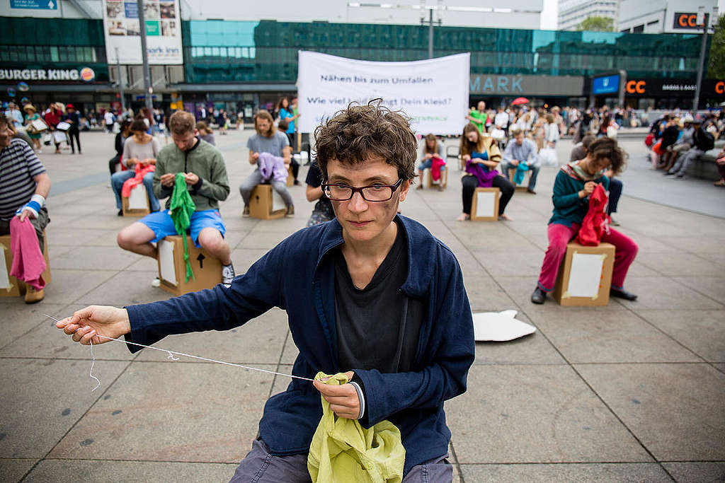 Debemos frenar la producción de fast fashion que, además de sus consecuencias ambientales, sostiene un modelo de explotación laboral, contra el cual también hemos protestado en Greenpeace.