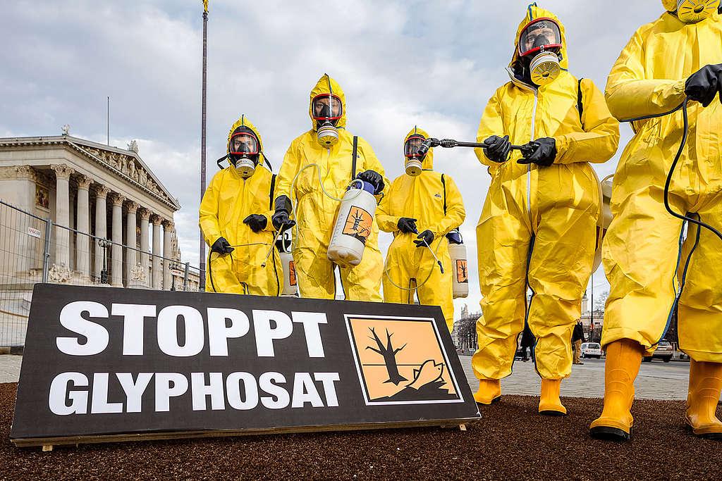 Acción colectiva de Greenpeace en 2017 en Viena, frente al Parlamento austriaco,  para exigir la prohibición nacional del glifosato. © Greenpeace / Mitja Kobal.