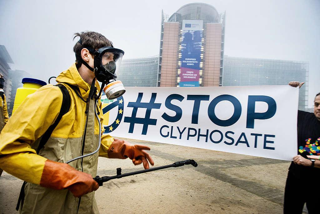 En 2017, se llevó a cabo una acción conjunta en Europa (Bruselas, Madrid, Roma, Berlín y París), organizada por Greenpeace y miembros de otras ONGs para impulsar una Iniciativa Ciudadana Europea que regule los pesticidas y prohíba el glifosato. © Greenpeace / Eric De Mildt.