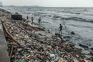 El consumismo está directamente relacionado con el aumento acelerado de mercancías desechables. Entre ellos los plásticos, que ya han contaminado toda la Tierra. © Jilson Tiu / Greenpeace.