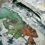 GIFMEREN EN LUCHTVERVUILING Om de olie uit de grond te krijgen, wordt een dikke laag zand afgegraven en 'schoongemaakt' met schadelijke chemicaliën. Die vervuilen de lucht en het water en bedreigen daardoor de gezondheid van de Inheemse Volken.