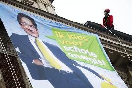 Greenpeace-actievoerder bovenop het ministerie van EL&I